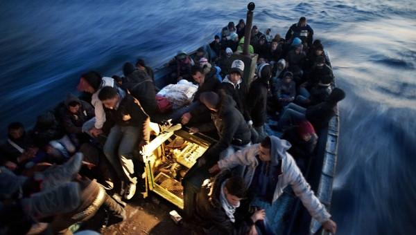 Mar Mediterraneo, aprile 2011 - Oltre 100 migranti tunisini imbarcati dal porto di Zarziz attraversano lo stretto di Sicilia, in direzione Lampedusa. ©Giulio Piscitelli /Contrasto