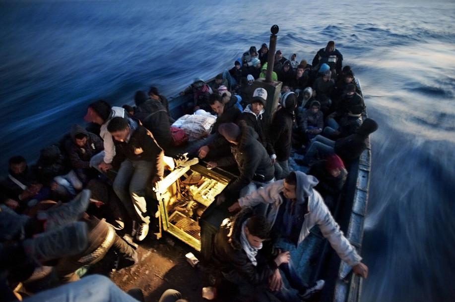 Mar Mediterraneo, aprile 2011 - Oltre 100 migranti tunisini imbarcati dal porto di Zarziz attraversano lo stretto di Sicilia, in direzione Lampedusa. ©GiulioPiscitelli/contrasto