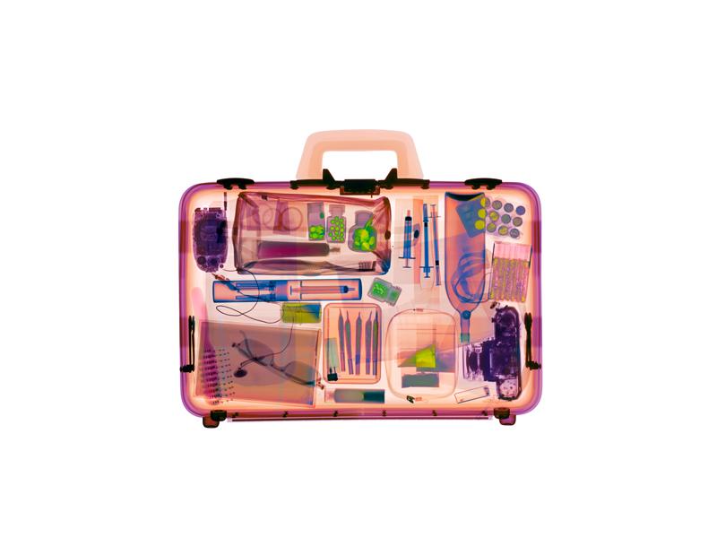 Valigia, radiografia a colori. ©HughTurvey/Gusto